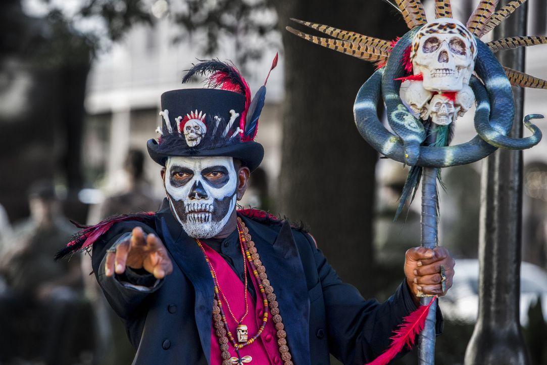Kann Mr. Voodoo (Ron Flagge) dem Team bei den Ermittlungen weiterhelfen? - Bildquelle: 2014 CBS Broadcasting Inc. All Rights Reserved.