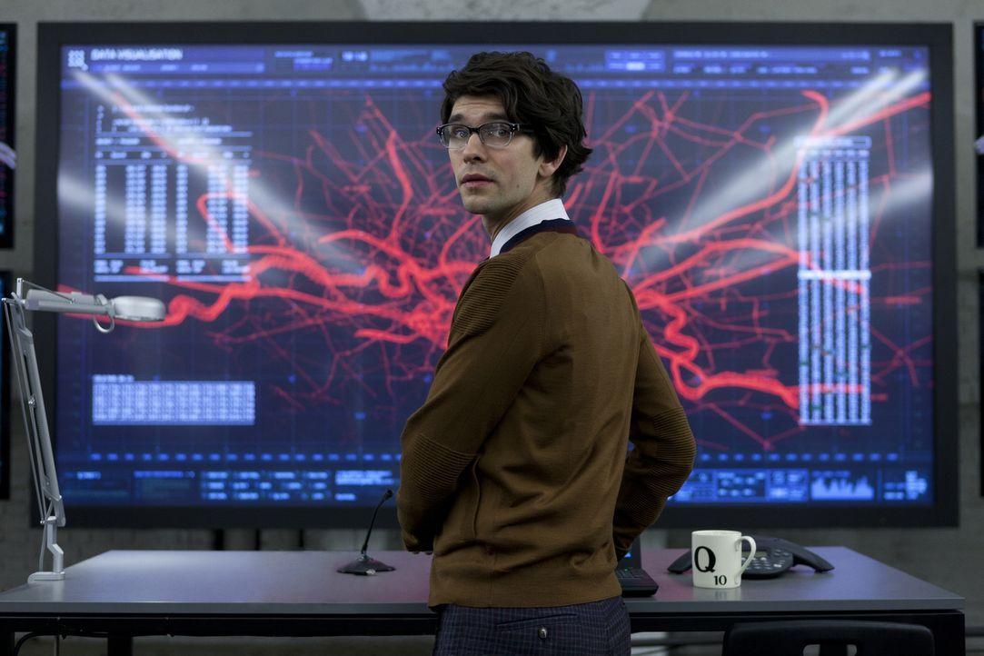 Als Q (Ben Whishaw) den Laptop von Silva untersucht, kommt er darauf, dass dieser mithilfe eines speziellen Programms Zugang zum Sicherheitssystem d... - Bildquelle: Skyfall   2012 Danjaq, LLC, United Artists Corporation and Columbia Pictures Industries, Inc. All rights reserved.