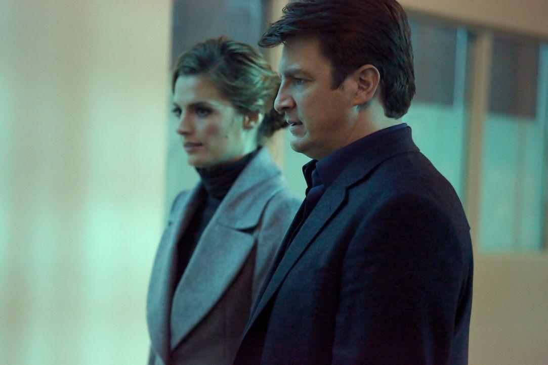 Ein Fall, bei dem sich eine Frau zu Tode erschreckt hat, beschäftigt Castle (Nathan Fillion, r.) und Beckett (Stana Katic, l.) ... - Bildquelle: ABC Studios