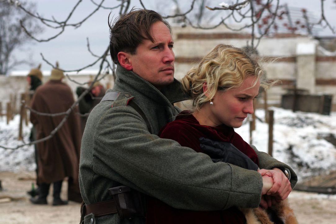 Ihre Liebe hält auch in schweren Zeiten: Nikolaus Sprink (Benno Fürmann, l.)  und Anna Sorensen (Diane Kruger, r.). - Bildquelle: Lolafilms S.A.