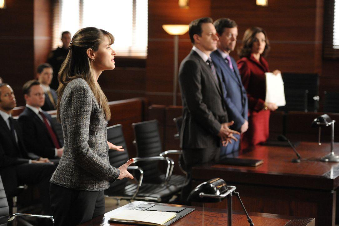 Die Staatsanwältin Laura Hellinger (Amanda Peet, l.) weiß genau, wie sie im Gericht vorgehen will, während Will (Josh Charles, 2.v.l.) und Alicia (J... - Bildquelle: David M. Russell 2013 CBS Broadcasting, Inc. All Rights Reserved