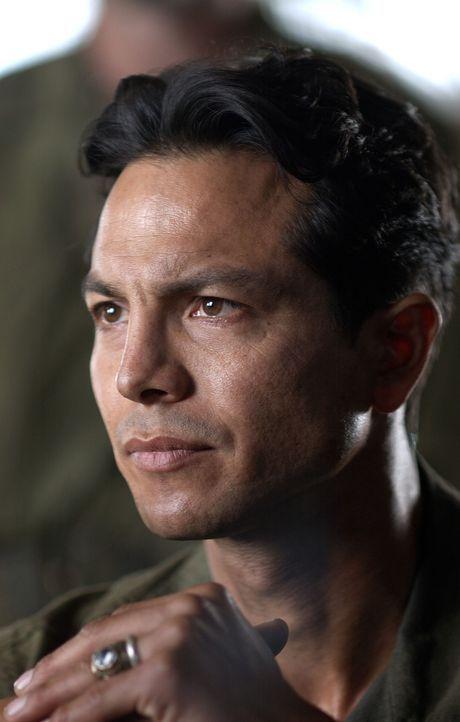 Colonel Mucci (Benjamin Bratt) wagt sich an die beinahe unmögliche Aufgabe und versucht, 500 Soldaten in einer großen Befreiungsaktion aus einem Gef... - Bildquelle: Buena Vista International
