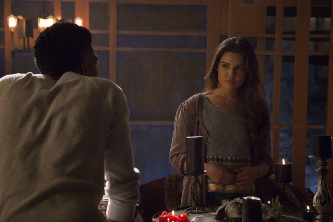 Eigentlich wollte Vincent (Yusuf Gatewood, l.) die Magie und auch New Orleans hinter sich lassen, doch kann er Davina (Danielle Campbell, r.) so sch... - Bildquelle: Warner Bros. Entertainment, Inc