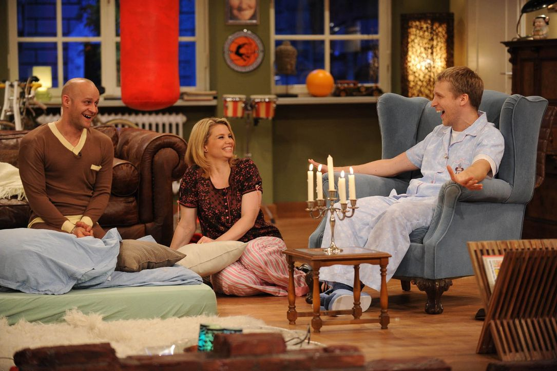 Die Pyjamaparty ist in vollem Gange: Oliver (r.), Annette (M.) und Jürgen (l.) ... - Bildquelle: Willi Weber SAT.1