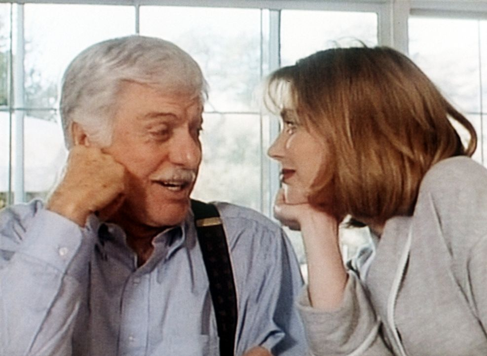 Dr. Sloan (Dick Van Dyke, l.) genießt es sichtlich, mit Gloria (Renee Coleman, r.) zu flirten. - Bildquelle: Viacom