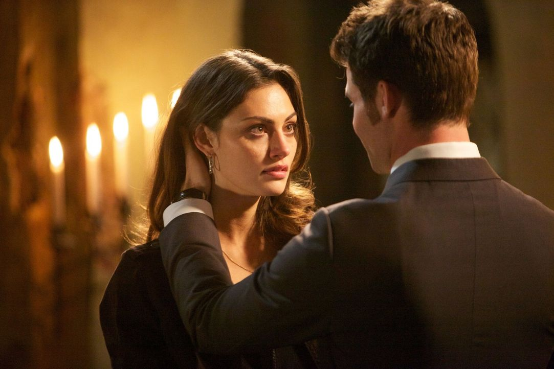 Hayley (Phoebe Tonkin, l.) und Elijah (Daniel Gillies, r.) müssen sich eingestehen, dass das Mädchen solange gejagt werden wird, wie es lebt - oder... - Bildquelle: Warner Bros. Television