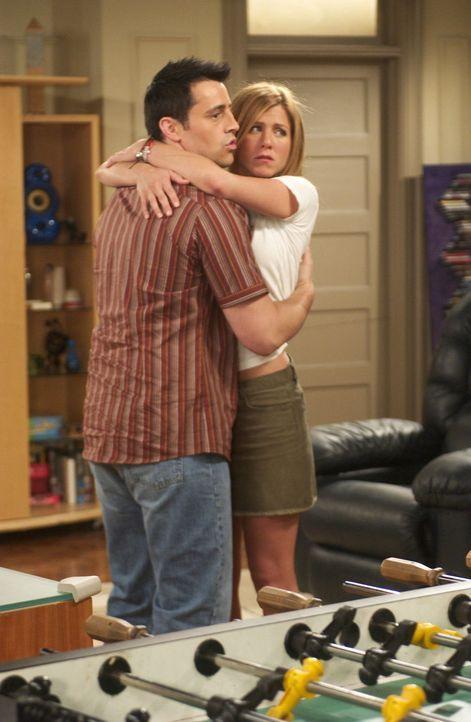 Joey (Matt LeBlanc, l.) und Rachel (Jennifer Aniston, r.) habe sich geküsst und würden gern noch weiter gehen, doch das schlechte Gewissen Ross gege... - Bildquelle: 2003 Warner Brothers International Television