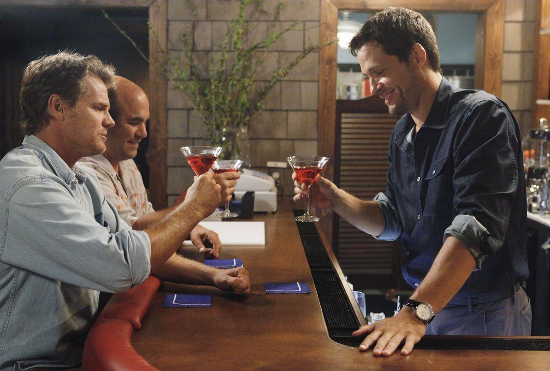 Männerabend: Grayson (Josh Hopkins, r.), Bobby (Brian Van Holt, l.) und Andy (Ian Gomez, M.) ... - Bildquelle: 2009 ABC INC.