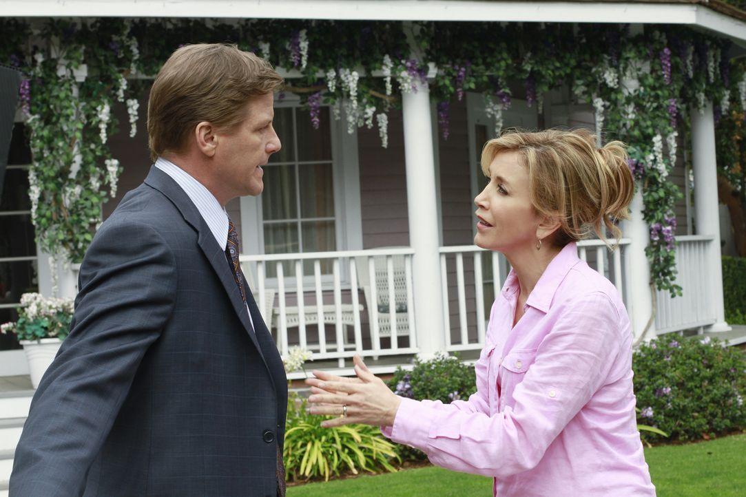 Paul steht Susans Transplantation im Weg, während Tom (Doug Savant, l.) ein lukratives Jobangebot ausschlägt, was Lynette (Felicity Huffman, r.) auf... - Bildquelle: ABC Studios