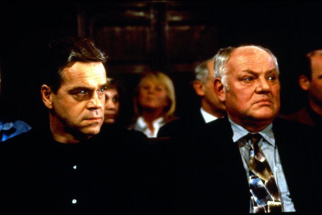 Kommissar Wolff (Jürgen Heinrich, l.) und Kommissar Sawatzki (Klaus Pönitz, r.) verfolgen die Gerichtsverhandlung und die Aussagen der Zeugen im Mor... - Bildquelle: Alfred Raschke Sat.1
