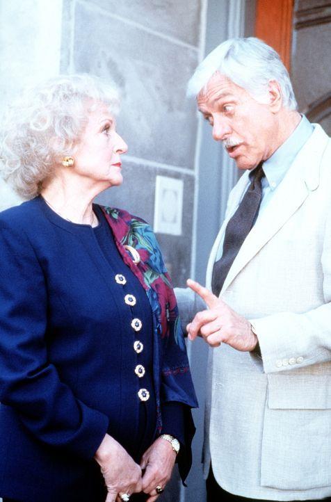Dr. Sloans (Dick Van Dyke, r.) Schwester Dora (Betty White, l.) hat sich vorübergehend bei ihm einquartiert. - Bildquelle: Viacom