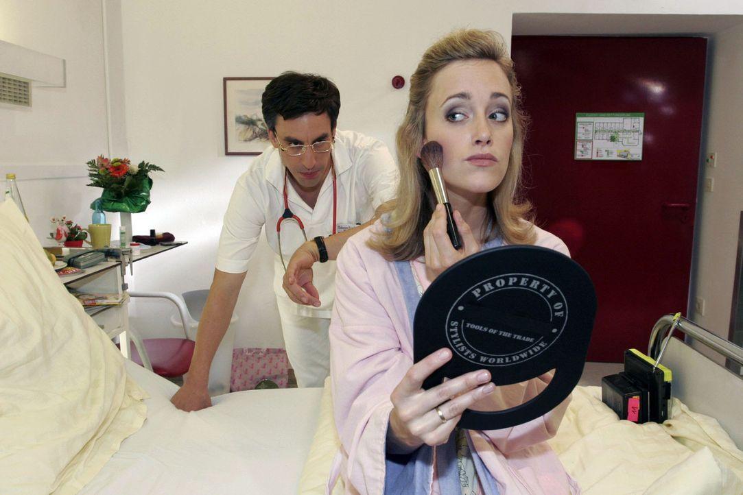 Der Doktor (Alexander Schubert, l.) findet es völlig unnötig, dass Frau Hussmann (Judith Richter, r.) sich noch schminkt. Aber Männer haben davon... - Bildquelle: Noreen Flynn Sat.1