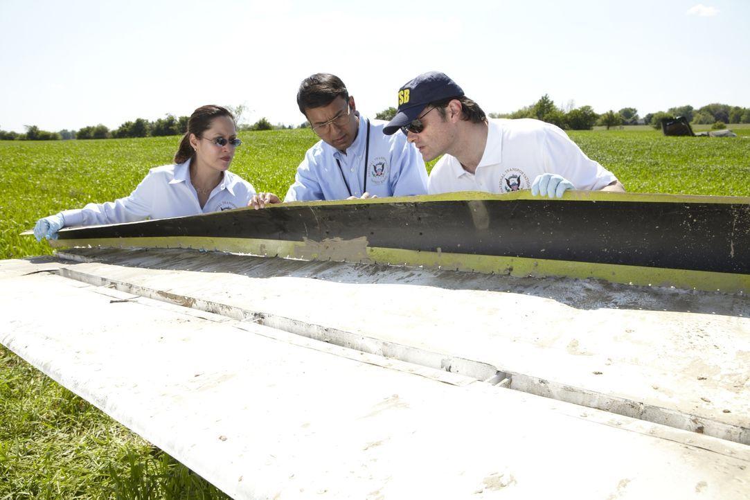 Deepak Joshi (Richard Young, M.) und zwei weitere NTSB Ermittler müssen erkennen, dass fehlende Schrauben, welche bei einer Routineuntersuchung des... - Bildquelle: Ian Watson Cineflix 2011