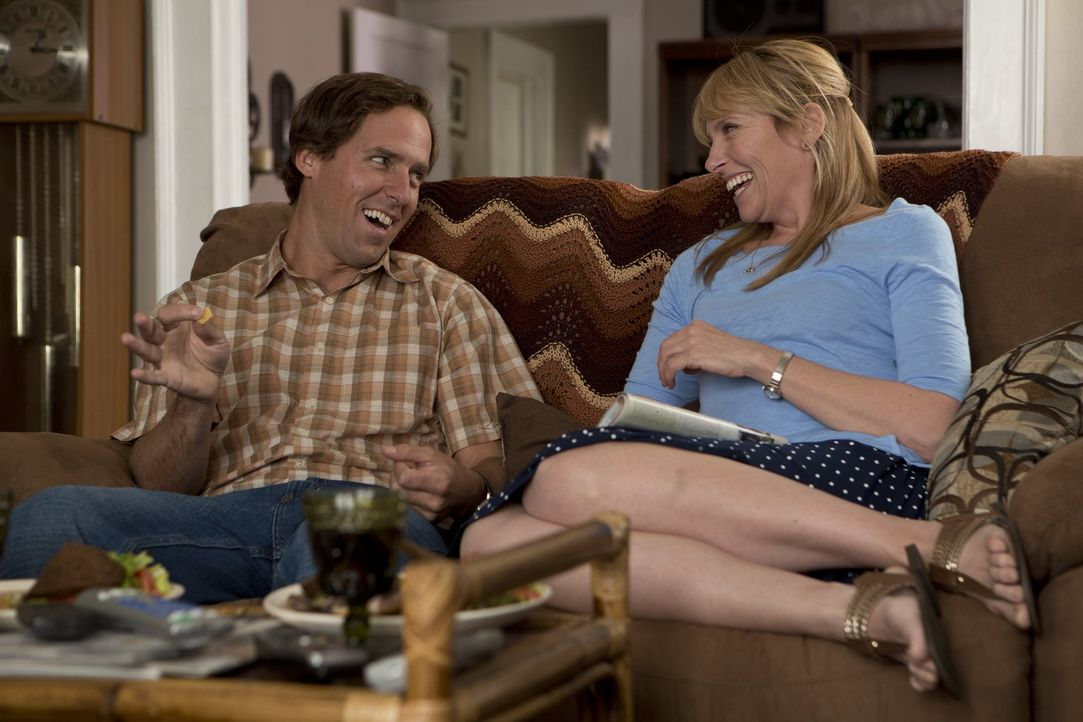 Das i-Tüpfelchen Tammys Nervenzusammenbruchs: Ihr Ehemann Greg (Nat Faxon, l.) hat eine Affäre mit Missi (Toni Collette, r.) ... - Bildquelle: Warner Bros. Television