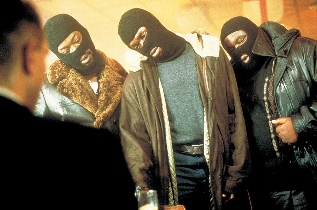 Die Suche nach Franky und dem Diamanten gestaltet sich für Sol (Lennie James, l.), Vincent (Robbie Gee, M.) und Tyrone (Ade, r.) zu einem ziemlich... - Bildquelle: 2003 Sony Pictures Television International. All Rights Reserved.