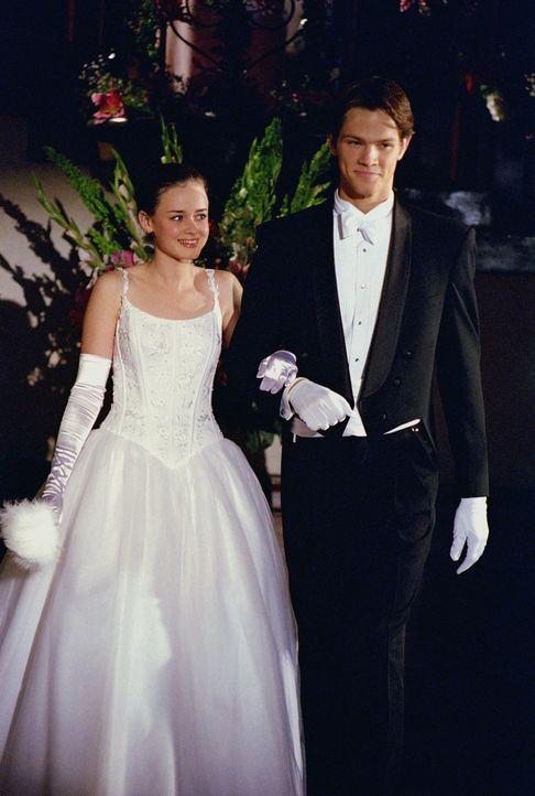 Ihrer Großmutter zuliebe nimmt Rory (Alexis Bledel, l.) zusammen mit Dean (Jared Padalecki, r.) am Debütantinnenball teil, um in die feine Gesellsch... - Bildquelle: 2001 Warner Bros. Entertainment, Inc.
