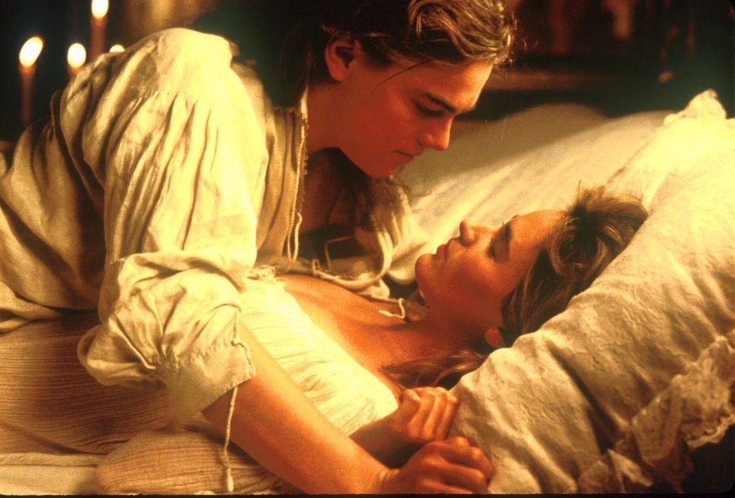 Christine (Judith Godrèche, r.) kann sich für diesen völlig verwandelten König (Leonardo DiCaprio, l.) durchaus erwärmen ... - Bildquelle: 1998 UNITED ARTISTS PICTURES INC. All Rights Reserved
