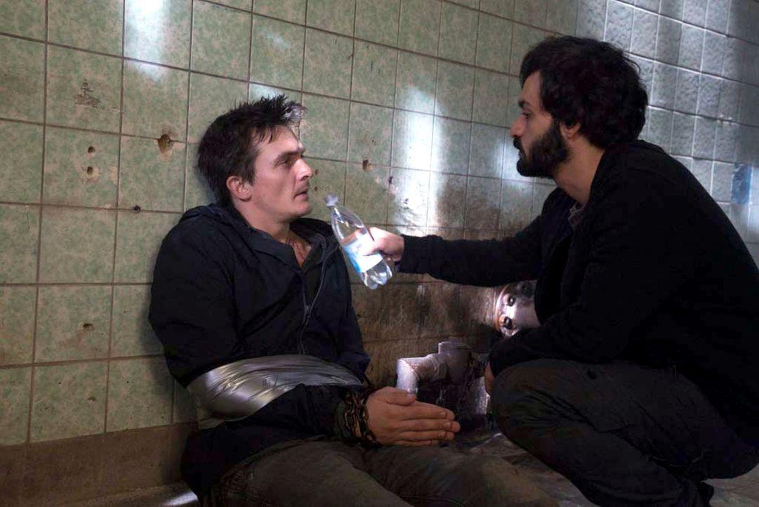 Quinn (Rupert Friend, l.) wird von den Dschihadisten gefangen gehalten, die einen Anschlag auf Berlin planen. Qasim (Alireza Bayram, r.), einer der... - Bildquelle: Stephan Rabold 2015 Showtime Networks, Inc., a CBS Company. All rights reserved.