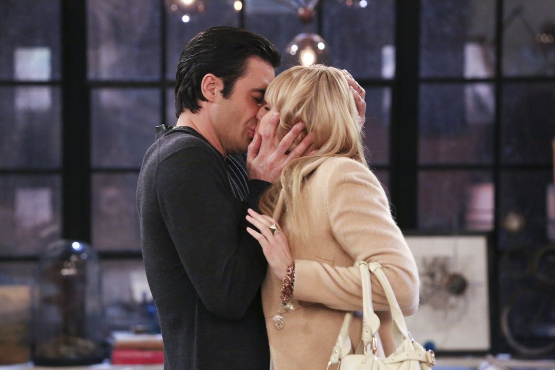 Hartnäckig versucht Nicholas (Gilles Marini, l.) Caroline (Beth Behrs, r.) davon zu überzeugen, mit ihm zusammen zu sein. Er verspricht der blonden... - Bildquelle: Warner Bros. Television