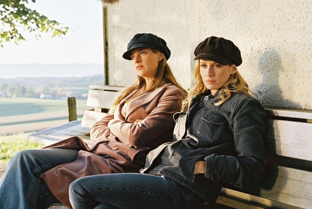 Katrin (Sophie von Kessel, l.) und Siska (Nadeshda Brennicke, r.) fahren aufs Land, um sich ihrer Gefühle für einander klar zu werden. - Bildquelle: Christian A. Rieger Sat.1