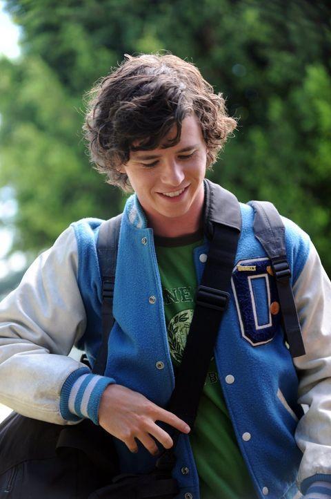 Axl (Charlie McDermott) kann nicht glauben, dass seine Eltern ihn auf einen Campingausflug zerren wollen, wo er doch gerade als Bademeister den best... - Bildquelle: Warner Brothers