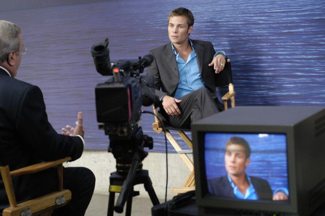 """Shawn (Patrick Flueger, r.) gibt ein Fernsehinterview um den Gerüchten um das """"4400 Centers"""" ein Ende zu setzten ... - Bildquelle: Viacom Productions Inc."""