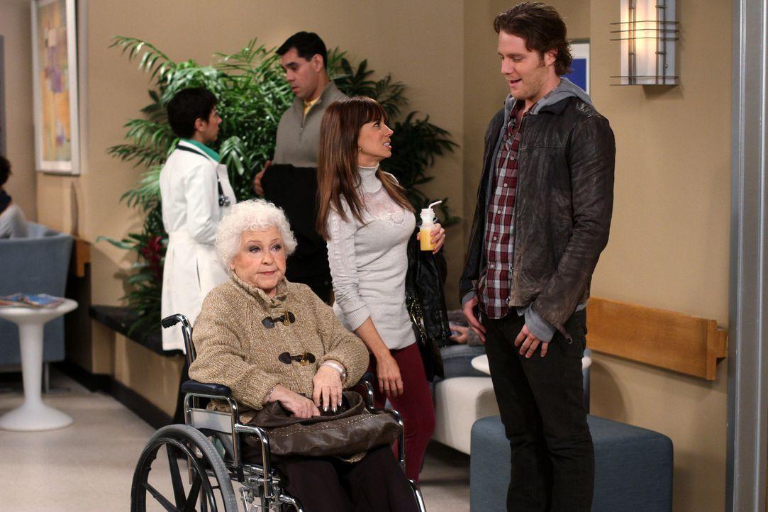 Um Nikki (Natasha Leggero, M.) zurück zu gewinnen, lässt sich Rick (Jake McDorman, r.) so einiges einfallen. Doch was wird Tess (Estelle Harris, l... - Bildquelle: Warner Bros. Television