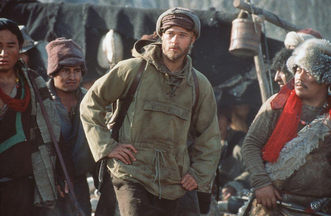 Bevor Heinrich (Brad Pitt, M.) sich an den Aufstieg wagen kann, deckt er sich in einem Dorf der primitiven Eingeborenen noch einmal mit Vorräten ei... - Bildquelle: TriStar Pictures