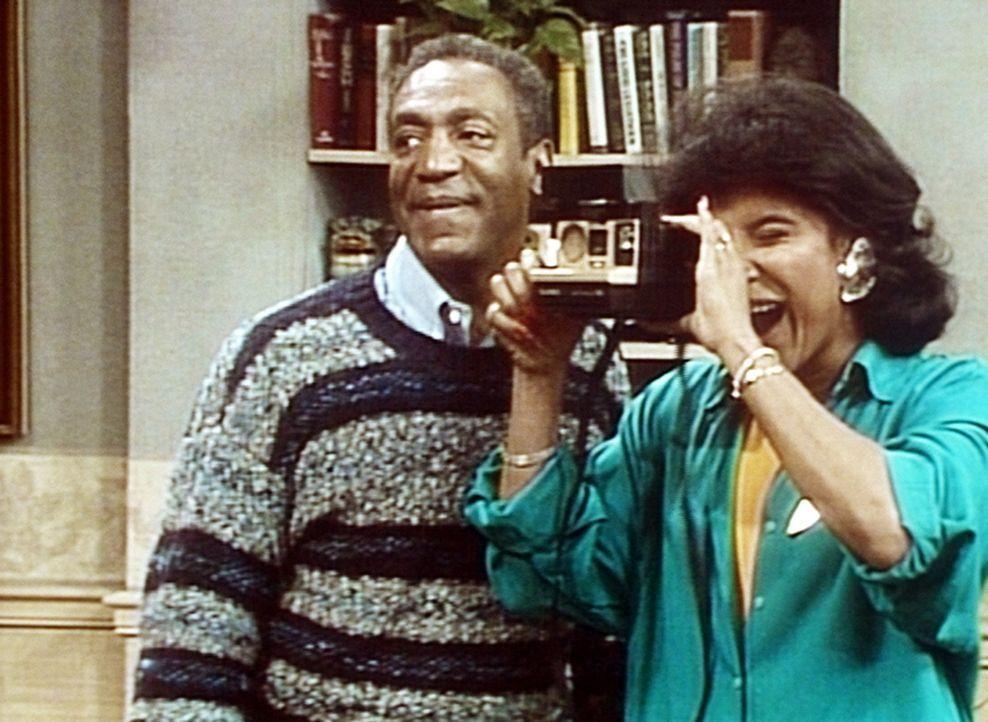 Bevor sie Theo zu seinem Abschlussball entlassen, schießen Cliff (Bill Cosby, l.) und Clair (Phylicia Rashad, r.) noch ein paar Erinnerungsfotos vo... - Bildquelle: Viacom