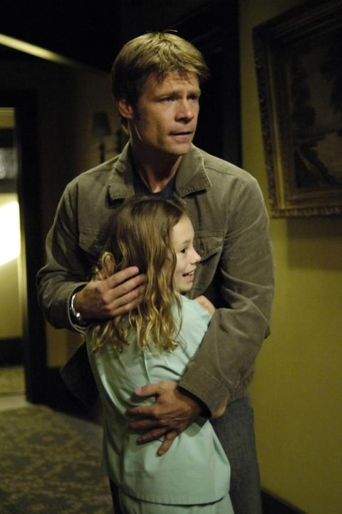 Tom (Joel Gretsch, hinten) entdeckt ein kleines Mädchen (Conchita Campbell, vorne), dass in der geschaffenen Realität von ihm und Alana auftaucht ..... - Bildquelle: Viacom Productions Inc.