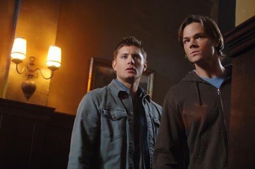Supernatural - Sam (Jared Padalecki, r.) und Dean (Jensen Ackles, l.) versuch...