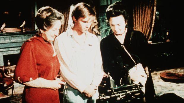 Miss Emily (Mary Jackson, r.) und Miss Mamie Baldwin (Helen Kleeb, l.) staune...