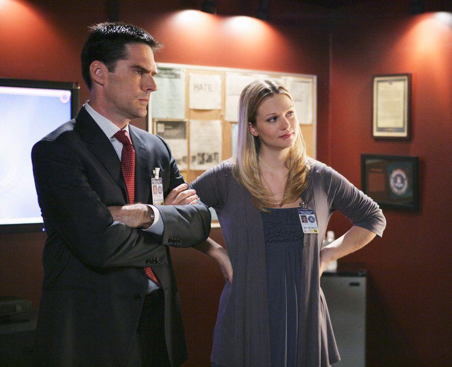 Während JJ (AJ Cook, r.) mit ihrem Baby die Kollegen besucht, versucht Hotch (Thomas Gibson, l.) einen Mörder zu fassen ... - Bildquelle: Touchstone Television