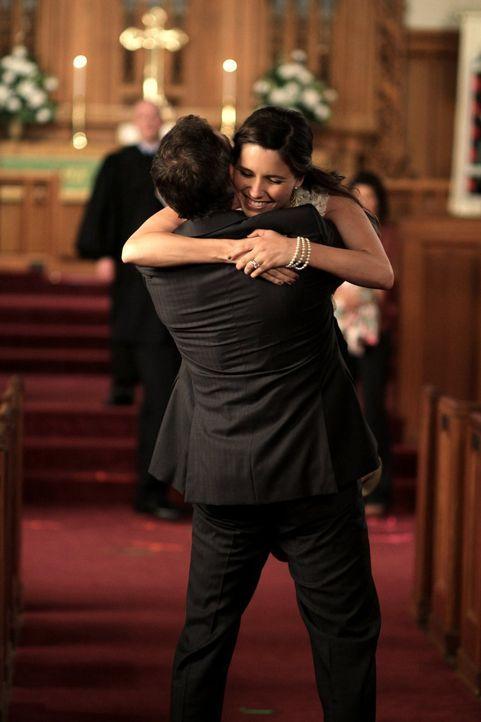 Brooke (Sophia Bush, r.) ist überglücklich, als ihr Vater Ted (Richard Burgi, l.) zur Taufe ihrer beiden Kinder kommt ... - Bildquelle: Warner Bros. Pictures
