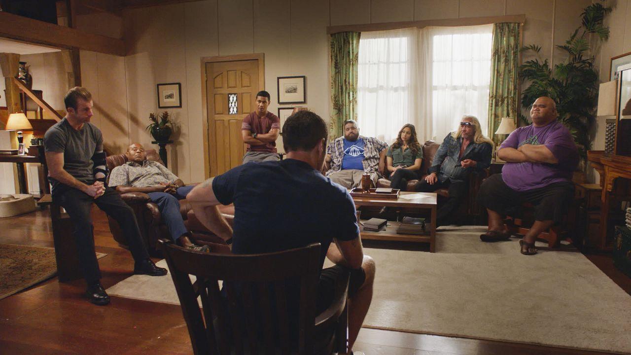 Steve McGarrett (Alex O'Loughlin, vorne) ist von der Intervention wenig begeistert: Danny (Scott Caan, l.) macht sich große Sorgen um Steves Gesundh... - Bildquelle: 2017 CBS Broadcasting Inc. All Rights Reserved.