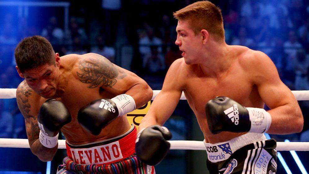 Der Schlag, der zum K.o.-Sieg über Mauricio Reynoso (links) und somit auch z... - Bildquelle: 2015 Getty Images