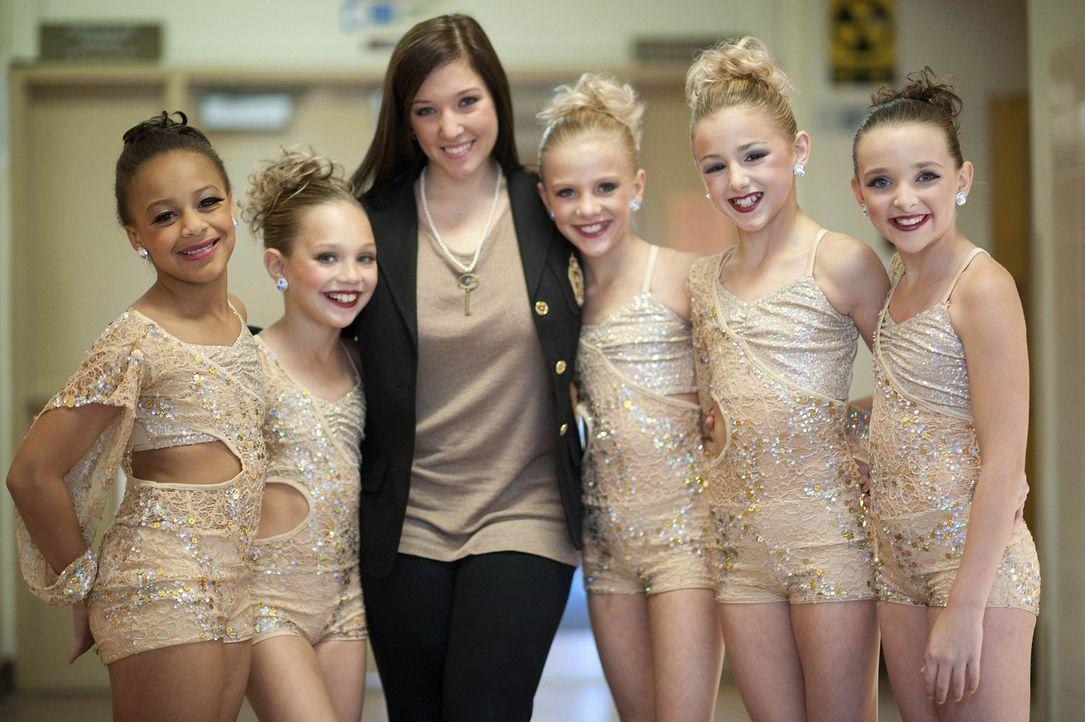 Nia (l.), Maddie (2.v.l.), Paige (3.v.r.), Chloe (2.v.r.) und Kendall (r.) setzten all ihre Hoffnungen auf ihre Choreografin (3.v.l.) ... - Bildquelle: Scott Gries 2011 A+E Networks