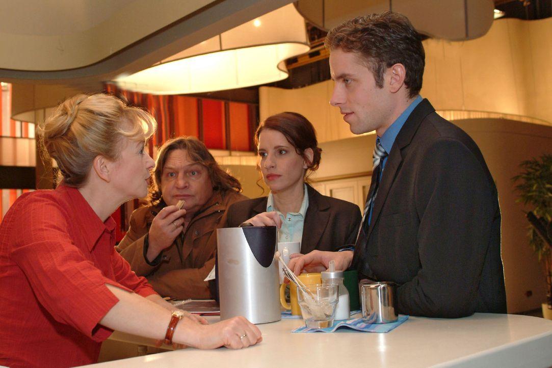Bernd (Volker Herold, 2.v.l.) beobachtet voller Stolz seine Helga (Ulrike Mai, l.). Doch er selbst fühlt sich von Inka (Stefanie Höner, 2.v.r.) un... - Bildquelle: Monika Schürle Sat.1