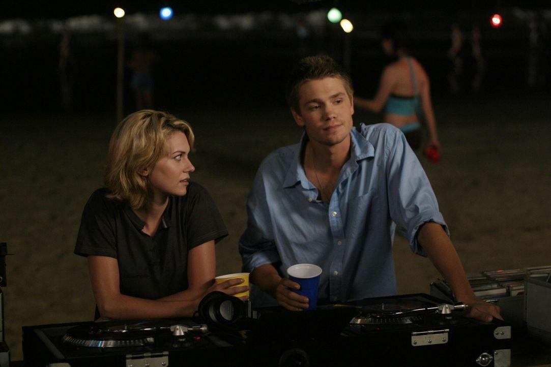 Lucas (Chad Michael Murray, r.) kann Peyton (Hilarie Burton, l.) davon überzeugen, ihrer Mutter noch eine Chance zu geben ... - Bildquelle: Warner Bros. Pictures