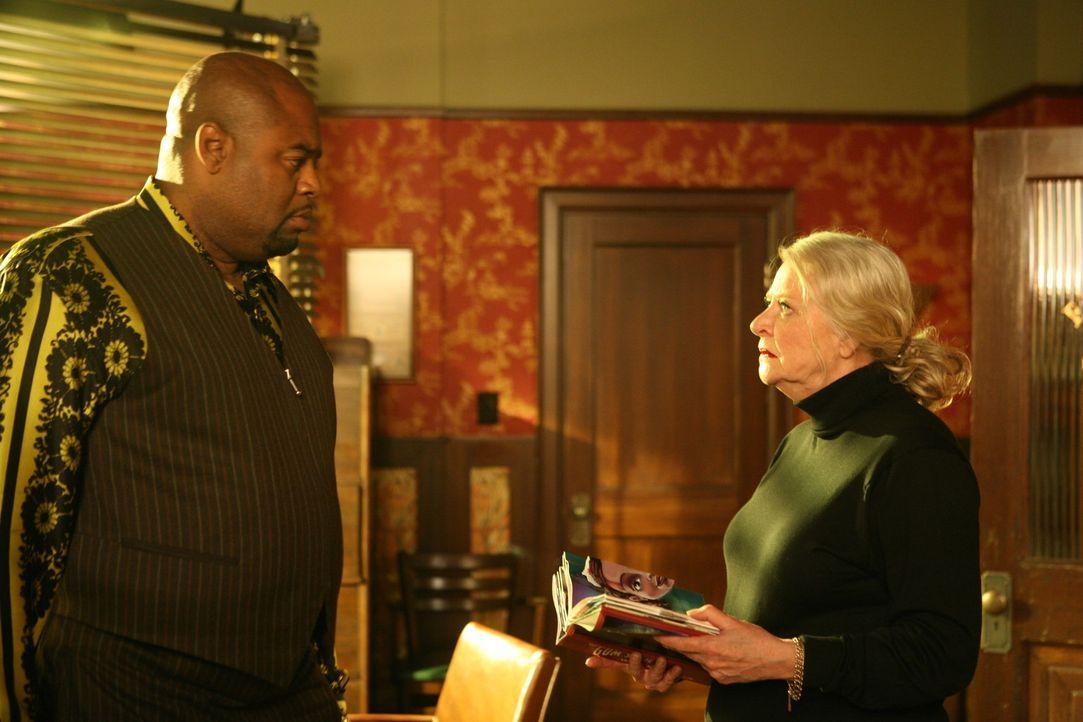 Emersons Mutter Calista (Debra Mooney, r.), eine Privatdetektivin, von der Emerson (Chi McBride, l.) alles gelernt hat und vor der er eigentlich kei... - Bildquelle: Warner Brothers