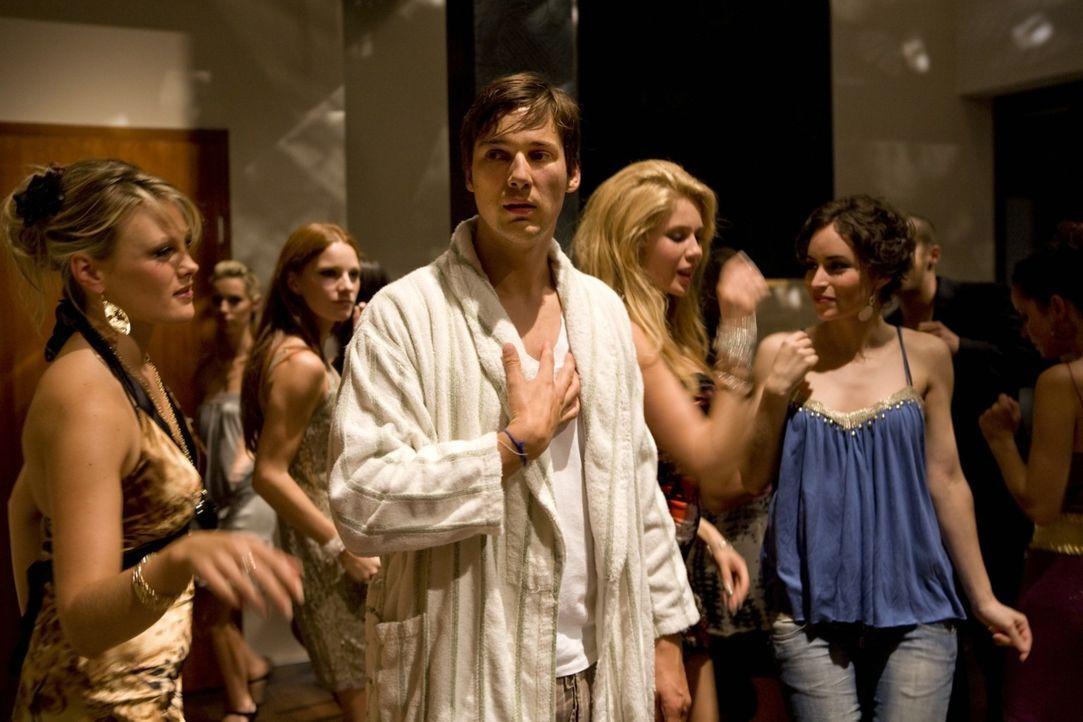 Während Werbeexperte Niklas (Florian David Fitz, M.), der kurz vor der Hochzeit steht, kalte Füße bekommt, ist der schüchterne Dauersingle Günt... - Bildquelle: Warner Brothers
