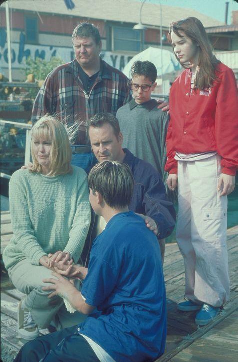 Können nicht fassen, welch unfassbare Metamorphose der 13-jährige Cody (Chez Starbuck, vorne M.) mitmacht: seine Eltern (Lisa Stahl, vorne l., Dav... - Bildquelle: Disney