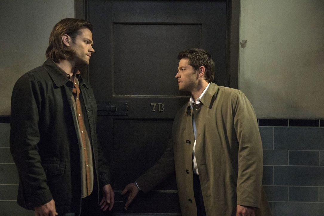 Während Sam (Jared Padalecki, l.) sich wieder mit seinem Bruder zusammenschließen will, tappt Castiel (Misha Collins, r.) in eine Falle ... - Bildquelle: 2013 Warner Brothers