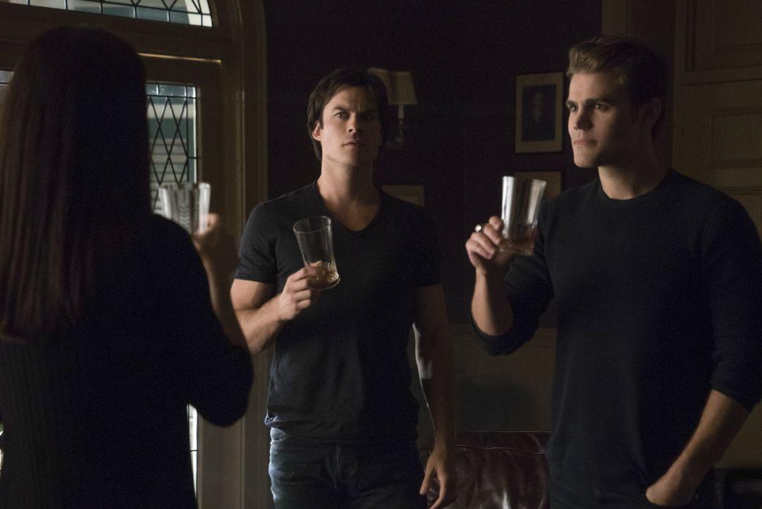 Eine Offenbarung sorgt dafür, dass sich Stefan (Paul Wesley, r.) und Damon (Ian Somerhalder, l.) nicht mehr einig über die nächsten Schritte sind ..... - Bildquelle: Warner Bros. Entertainment, Inc.