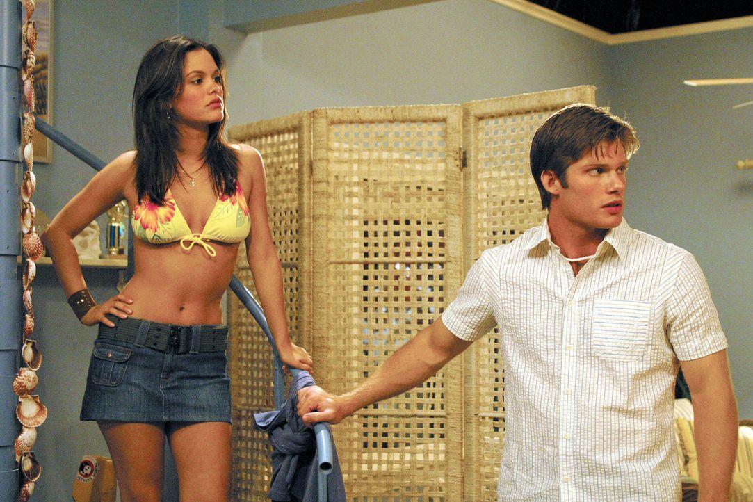 Summer (Rachel Bilson, l.) und Luke (Chris Carmack, r.) sind schockiert als Marissa ohne ein Wort zu sagen die Party verlässt ... - Bildquelle: Warner Bros. Television