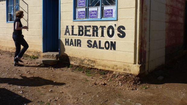 In Alberto's Hair Salon, liegt in einem Township in Namibia, sind europäische...