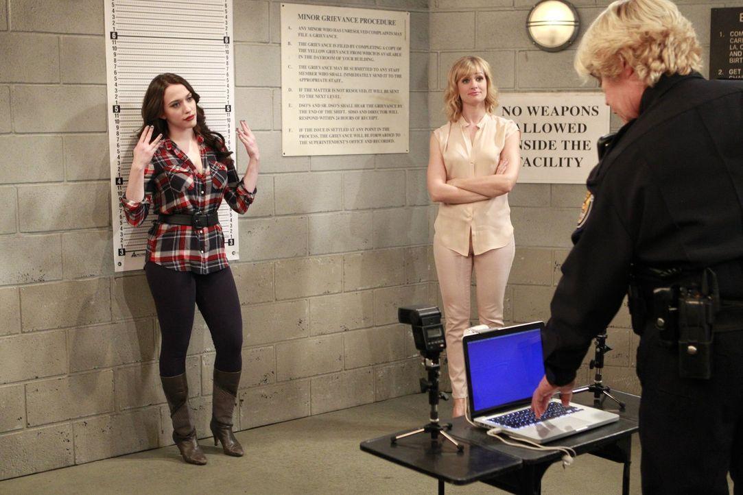 Nachdem sie in die Wohnung von  Carolines (Beth Behrs, M.) letzter Liebschaft eingebrochen sind, werden sie und Max (Kat Dennings, l.) von der Poliz... - Bildquelle: Warner Bros. Television