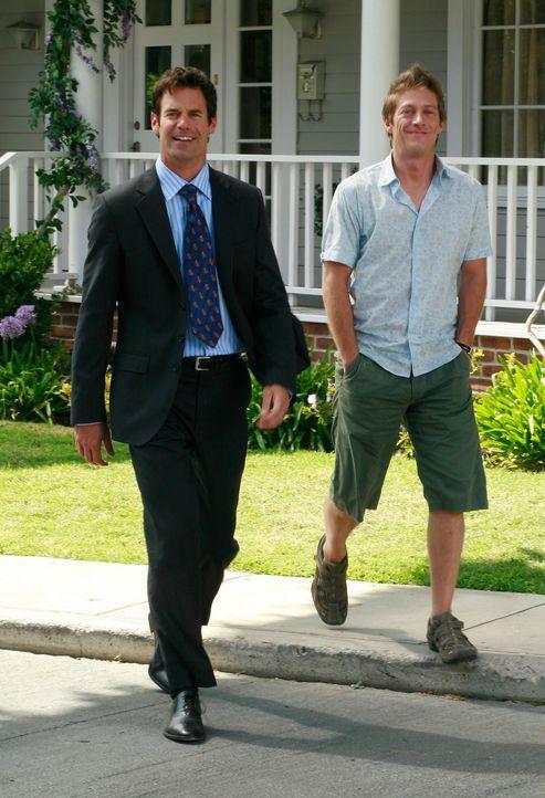 Bob (Tuc Watkins, l.) und Lee (Kevin Rahm, r.) haben sich nichts dabei gedacht, als es einen Springbrunnen in seinen Garten gestellt hat. Doch da ha... - Bildquelle: ABC Studios