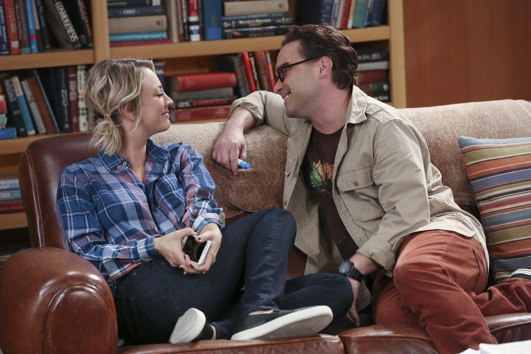 Sheldon plagt ein Ohrwurm, und er kommt einfach nicht darauf, um welchen Song es sich handelt. Natürlich treibt er ganz nebenbei auch Penny (Kaley C... - Bildquelle: 2015 Warner Brothers