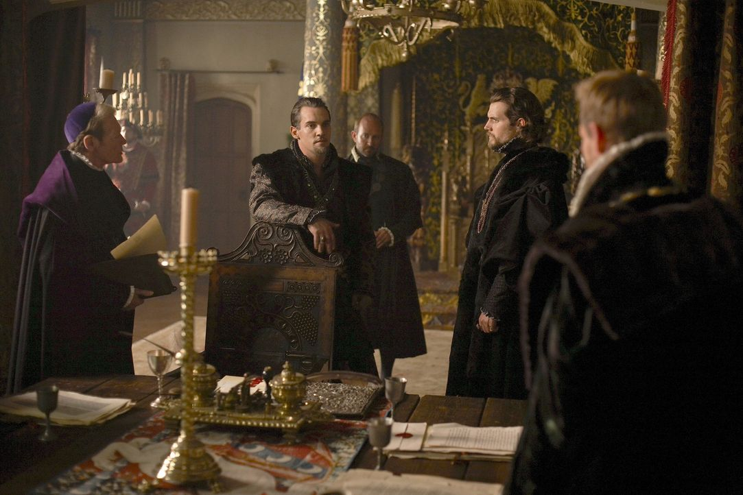 Henry VIII. (Jonathan Rhys Meyers, 2.v.l.) ist am Boden zerstört, als er von der sexuellen Vergangenheit der Königin erfährt. Doch seine Reaktion... - Bildquelle: 2010 TM Productions Limited/PA Tudors Inc. An Ireland-Canada Co-Production. All Rights Reserved.